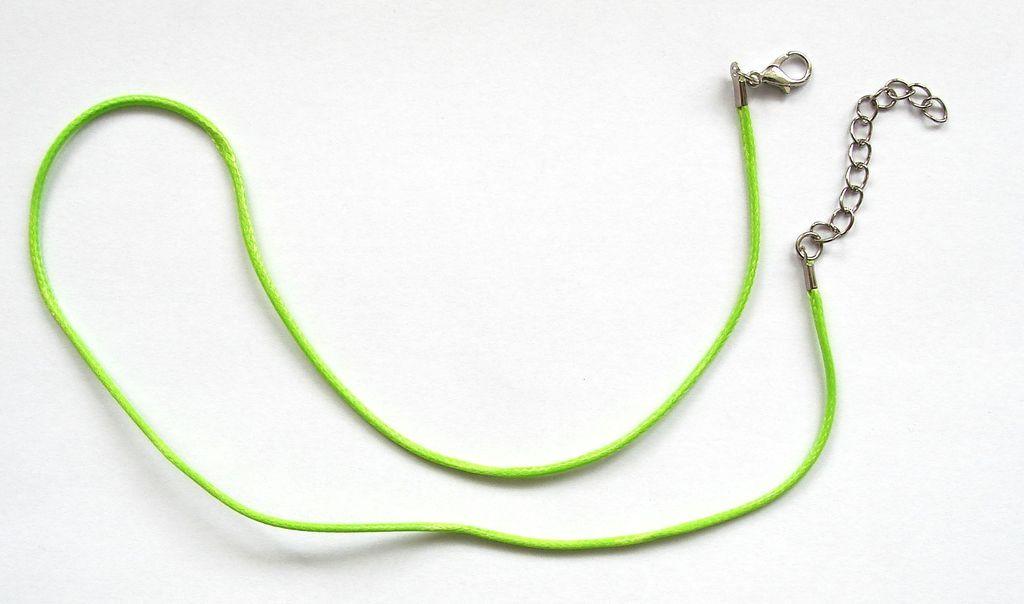 Splétaná šňůrka s karabinkou a řetízkem - zelená
