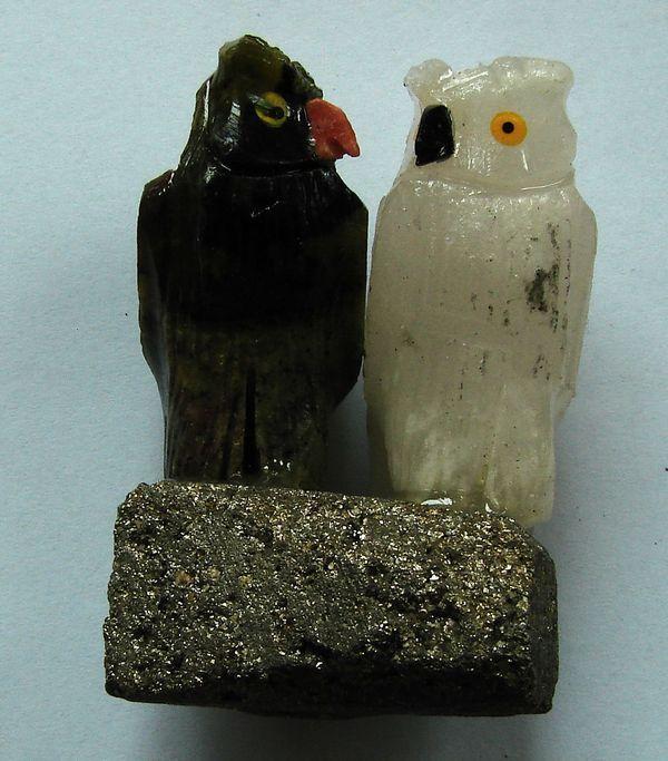 Sovy z mastku a mramoru - pár na pyritové destičce (9)