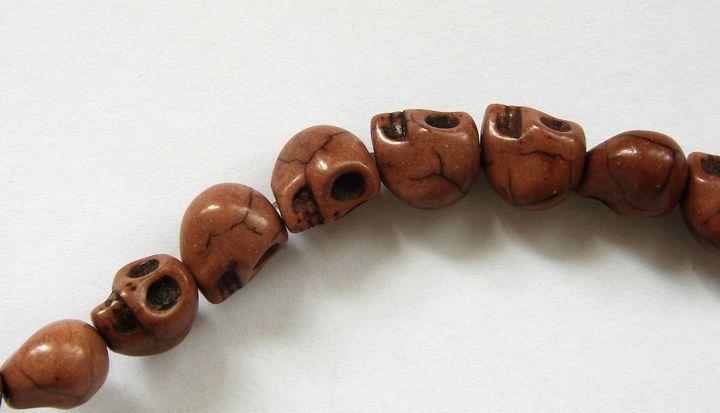 HOWLIT - korálek lebka hnědá 1 ks